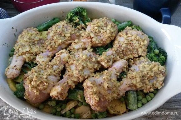 На овощи выкладываем кусочки курицы. Весь оставшийся в чашке маринад смазываем на голени.
