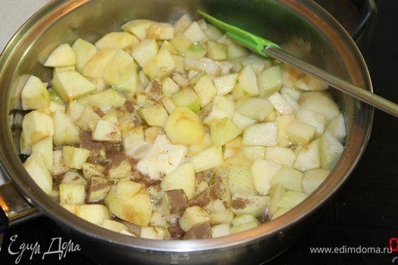 Пока тесто поднимается, приготовим начинку: яблоки очистить, порезать на кусочки, добавить все остальные ингредиенты, потушить до мягкости яблок.