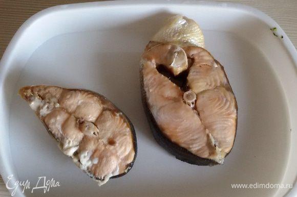Сварить филе горбуши в подсоленной воде или приготовить на пару. Остудить.