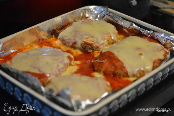 Через время выложить на куски мяса сыр пластинками. Вернуть в горячую духовку на 3-5 мин.