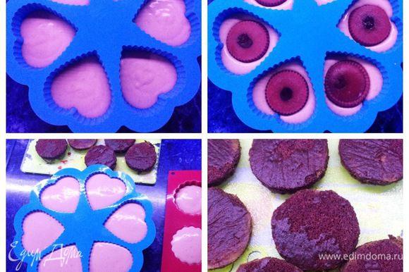 Сборка пирожных: Подготовленные заготовки бисквита пропитываем вишневым соком. На дно формочек выкладываем примерно половину мусса. Далее выложить вишню в желе (уже замороженную) и сверху — оставшийся мусс.