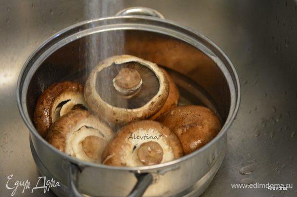 Разогреть духовку до 190°C. Грибы шампиньоны среднего размера помыть.