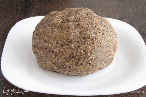 Замесить тесто, скатать его в шар и убрать в холодильник на полчаса.