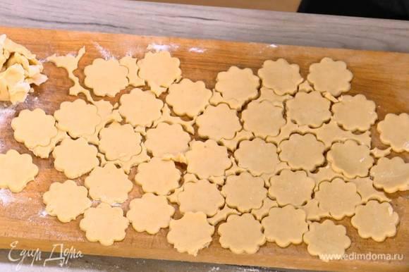 Фигурной формочкой в виде цветка вырезать четное количество печеньиц и выложить на противень, выстеленный бумагой для выпечки.