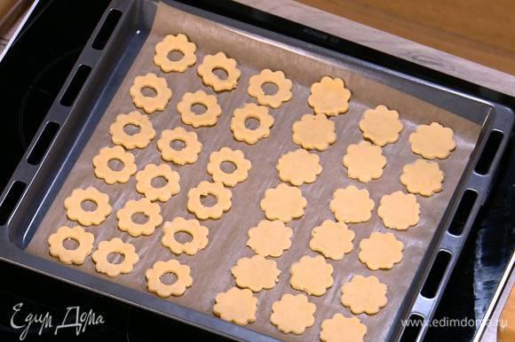 У половины печенья маленьким кулинарным кольцом вырезать в центре отверстие.