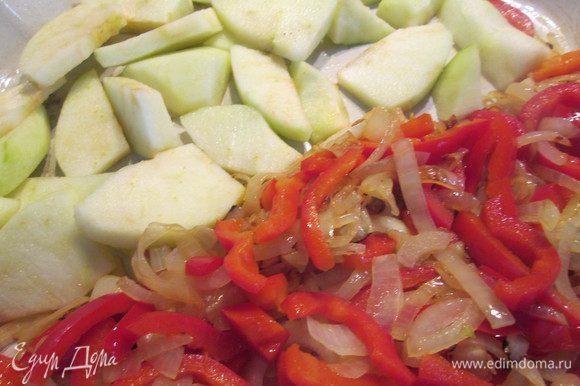 Теперь обжариваем репчатый лук и перец в течении 5 минут, помешивая. Добавляем в сковороду яблоки и болгарский перец. Далее зелёный лук и сельдерей и тушим до готовности 5-10 минут.