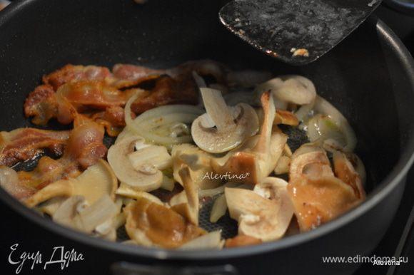 Добавить помытые и нарезанные грибы. Готовим примерно 5-7 мин. Снять с огня. Переложить в салат.