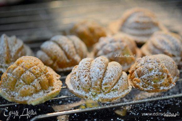 Готовым печенькам дать слегка остыть в форме. Перевернуть и вынуть из формы. Присыпать сахарной пудрой и подаем к столу. Приятного аппетита.