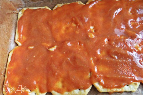 Снова промазываем карамельно-ирисочной начинкой, накрываем слоем печенья. Всего ушло 27 крекеров, 1,5 пачки.