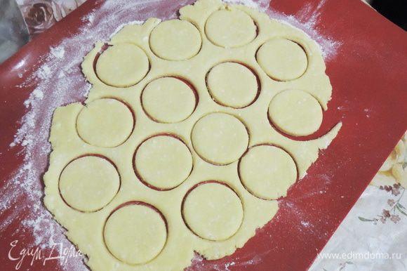 Раскатать тесто толщиной 2-3 мм, маленькой рюмочкой вырезать кружочки.