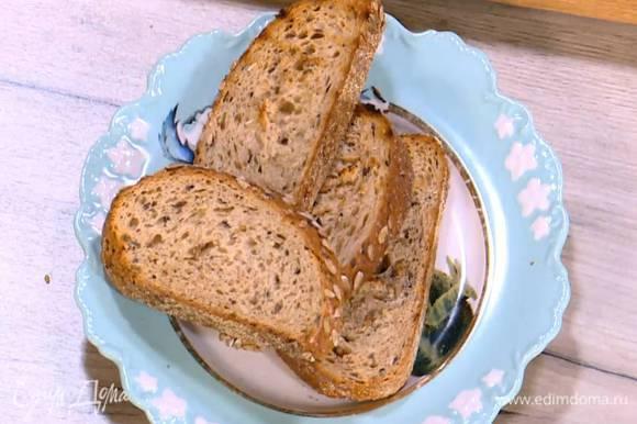 Хлеб подсушивать с двух сторон на разогретой сковороде-гриль до появления золотистых полосок.