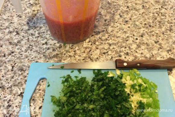 Когда мясо будет готово, заливаем его помидорами, которые надо взбить погружным блендером. И тушим минут 5-7.