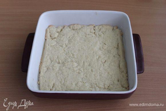 Охлажденное тесто раскатать. Выложить в форму. Выпекать тесто до золотистого цвета, около 18-20 минут при 180°C.