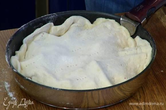 Сковороду снять с огня, накрыть свеклу пластом теста, заправив края внутрь, так чтобы получилась крышечка, и часто наколоть тесто вилкой.