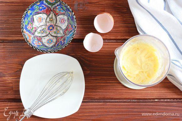 Взбейте блендером с насадкой венчиком сливочное масло с сахаром, добавьте яйцо, еще раз взбейте, до однородной кремовой массы.