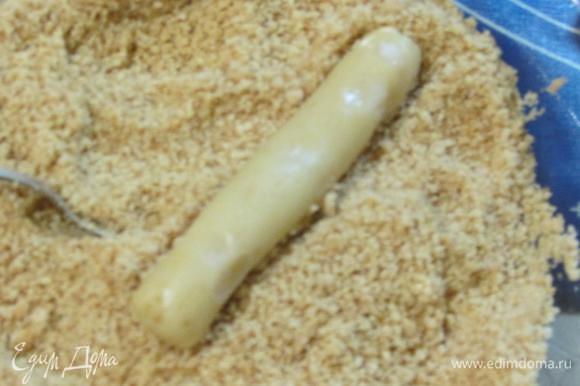 И прокатать в орехово-сахарной крошке.