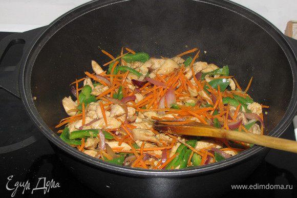 Затем добавить морковь и жарить еще 1 минуту.