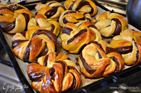 Готовность булочек проверьте с помощью деревянной шпажки. После выпечки тёплые булочки смажьте сахарным сиропом (2 ст. л. сахара смешайте с 4 ст. л. воды и проварите).