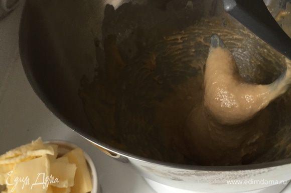 ....но чудо, тесто все-таки стало однородным и гладким. Время добавлять масло: кусочек за кусочком (опять таки не добавляем следующий, пока не вмесится предыдущий кусочек).. Долго и упорно...