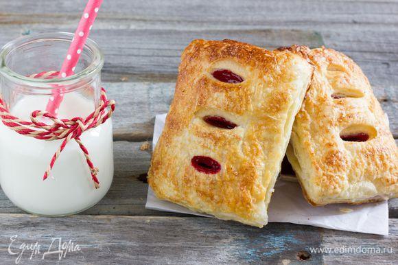 Готовые вишневые слойки остудите. Приятного аппетита.