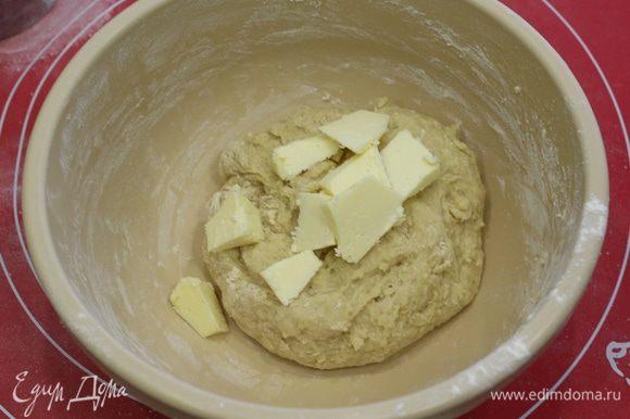 Добавить мягкое масло. Вымешивать тесто в течение 10 минут.