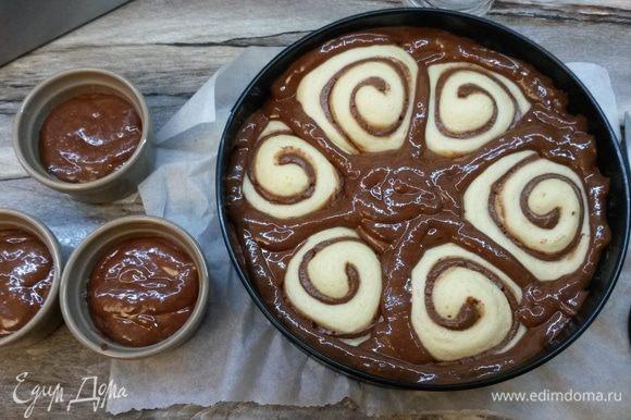 Выливаем шоколадное тесто в форму к булочкам, заполняя все пустоты. Удобнее это сделать, если тесто для пирога переложить в кулинарный мешок. Выпекаем пирог 10 минут при 180°C и еще 40 минут при 160°C.