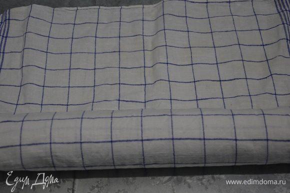 Бисквит выкладываем вместе с бумагой на полотенце и заворачиваем (если передержали бисквит и он получился суховатый можно использовать не сухое, а влажное полотенце). Оставляем остывать в таком состоянии.