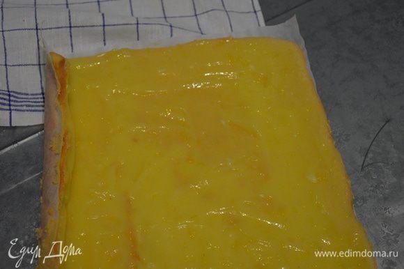 Затем удаляем бумагу промазываем кремом (в моем случае это курд, рецепт приготовления его описан у пользователя Натали http://www.edimdoma.ru/retsepty/74453-limonnyy-kurd) и сворачиваем рулет.