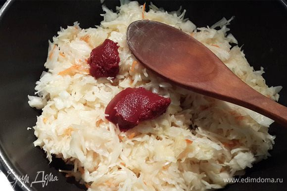 Пока приготовить начинку: капусту потушить с маслом минут 15. В конце добавить томатную пасту. Хорошо размешать. Чтобы мешать было удобнее, можно сначала развести пасту с горячей водой (1-2 ст. ложки). Остудить.