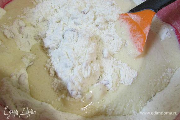 Молочно-яичную смесь добавить к мучной.