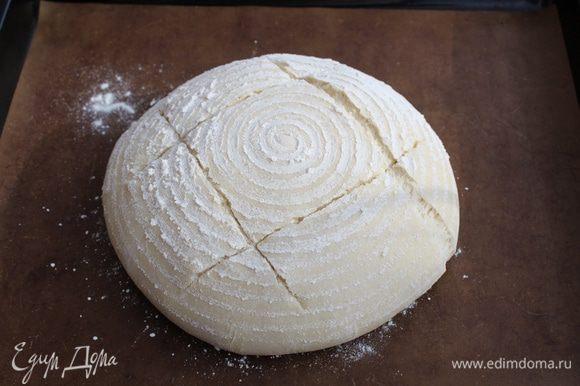 Перед посадкой в печь сделайте на хлебе надрезы.