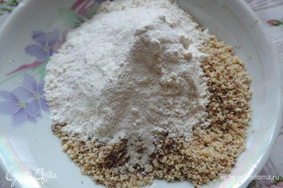 Грецкие орехи измельчить как можно мельче в блендер, мельничка и т.п. Добавить к орехам муку, разрыхлитель (полпакетика, рассчитанного на 500 г муки) и кофе.