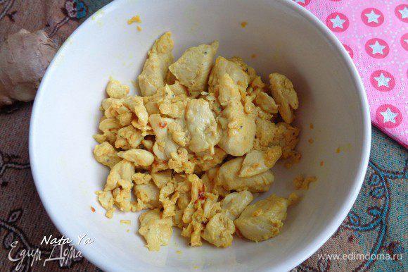 Приготовьте куриное филе, как вы любите. Я взяла готовое куриное филе (в медовом маринаде) и обжарила его на сковороде минут 10.