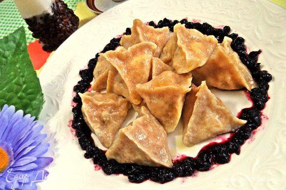 Для подачи наносим по краю тарелки черничное варенье и в центре насыпаем варенички.