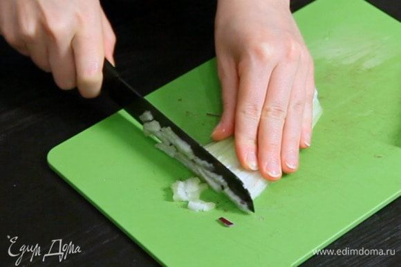 Нарезать лук, фенхель, сельдерей и морковь.