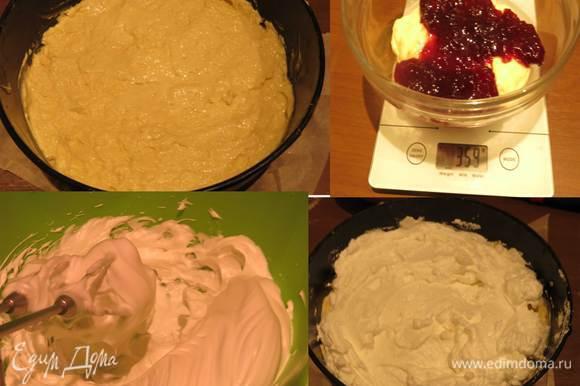 Отделяем 200 г теста и смешаем с вареньем — у меня 150 г вишневого конфитюра. В оставшееся тесто без варенья добавим 60-70 г муки, чтобы было чуть гуще, замесим недолго и выложим в форму с промасленным пергаментов - это основа торта. В исходном Мишке с безе основа песочная. Следующий шаг — сбиваем белки с щепоткой соли и 60 г сахара. Всего 7-10 минут и белки готовы. Выкладываем половину белков на основу из теста — прием с слоями белка из старого семейного рецепта.