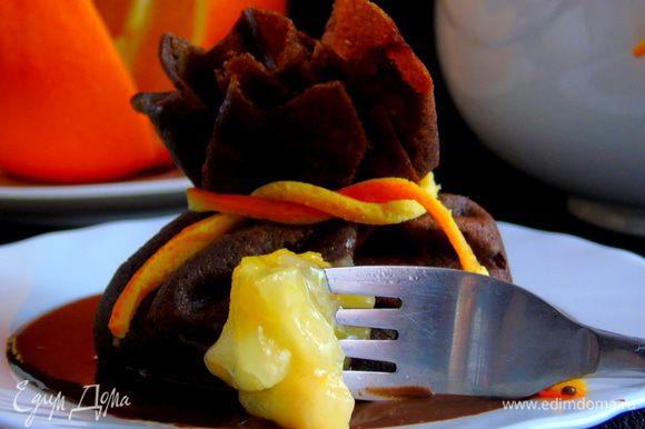 Для соуса растопите шоколад со сливками... При подаче налейте соуса и сверху выкладывайте блин. Это очень вкусно... Приятного аппетита!!!