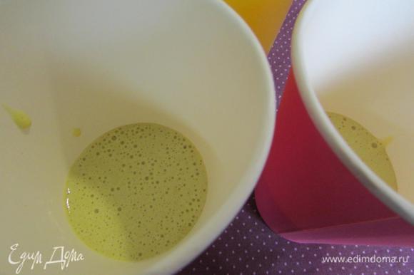 Разлить тесто по термостойким стаканам, или по бумажным стаканчикам для мороженого.