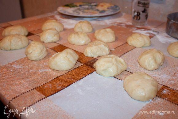 Получившееся тесто разделить на 15 равных кусочка и поставить в холод на 20 минут.