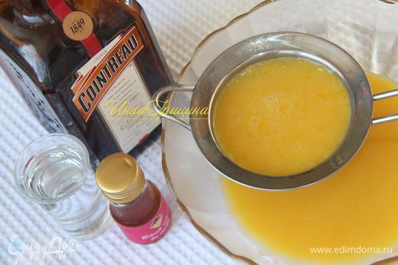 Цитрусовый крем процедить через сито, добавить апельсиновый ликёр и ванильный экстракт.