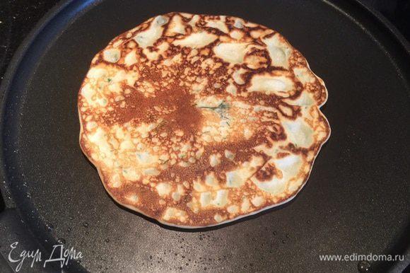 На раскалённой сковороде пожарьте блинчики диаметром 12-14 см, перед каждым блинчиком смазывайте сковороду растительным маслом.