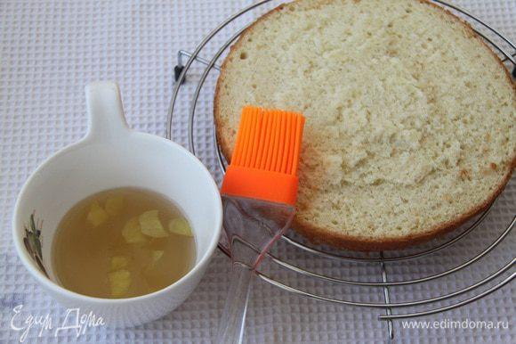 Бисквит разрезать на два коржа. Каждый корж пропитать имбирным сиропом.