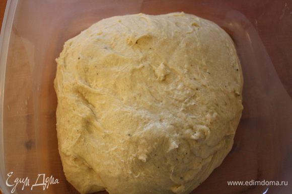 Положить тесто в миску, накрыть пленкой и оставить в тепле на 30 минут.