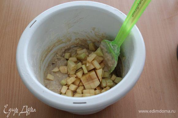 Добавить очищенные и порезанные на кубики яблоки (2 шт).