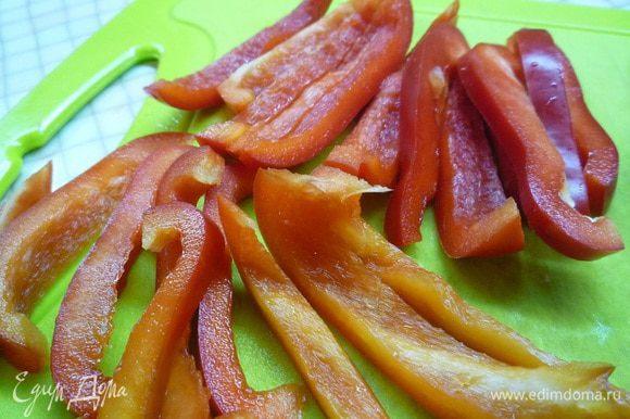 Болгарский перец нарежьте тонкой соломкой.