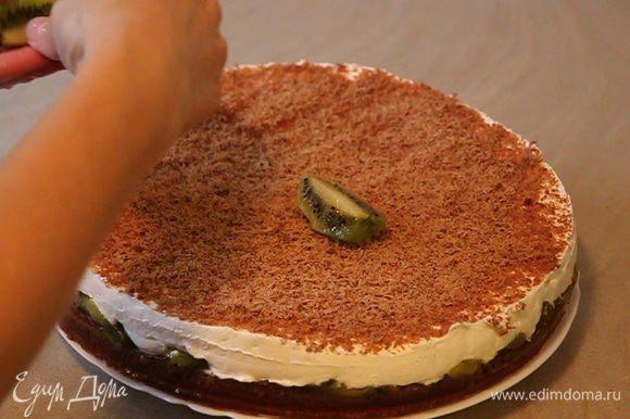 Достаем торт, выкладываем на блюдо и украшаем кусочками одного киви.