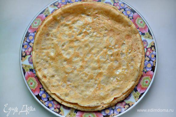 Выпекать блинчики в разогретой сковороде с двух сторон до зарумянивания, промазывая слегка готовые блины растопленным сливочным маслом. Я использовала сковороду d=22 см и у меня получилось 8 блинчиков. Если у вас сковорода меньшим диаметром, то, соответственно, блинов получится больше, а сам пирог повыше.