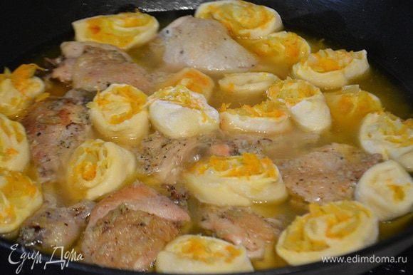 Укладываем наши штрули на курицу, добавить листик лаврушки. Закрыть крышкой и тушим еще 15 минут. Крышку открывать нельзя, так как штрули готовятся на пару.