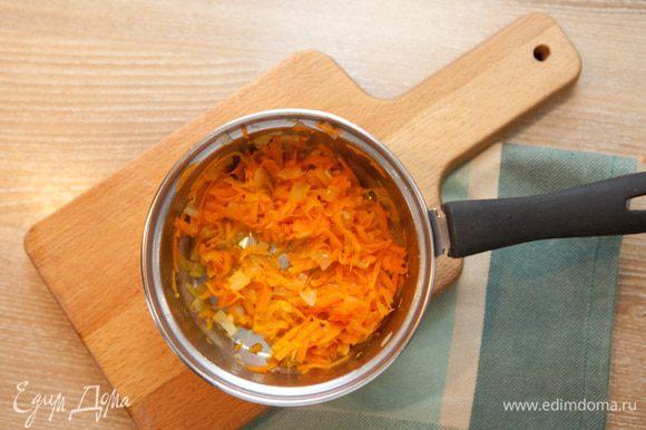Нарезать кубиками картофель. Вскипятить воду и отправить туда картофель, посолить по вкусу. Покрошить лук и натереть на крупной тёрке морковь. Обжарить на растительном масле вначале лук до золотистого цвета, потом добавить и обжарить морковь. Поджарку отправить в бульон.