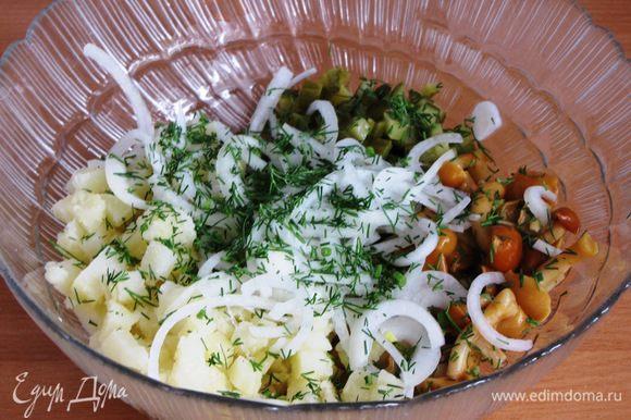 Маринад слить, лук добавить к овощам. Посолить и поперчить по вкусу, добавить мелкорубленную зелень укропа.